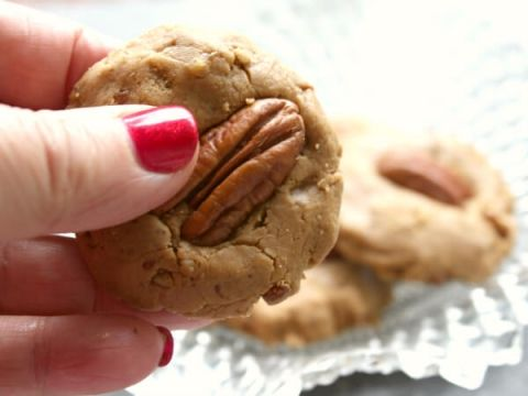 These creamy pecan pralines are easy to make and so good! restlesschipotle.com