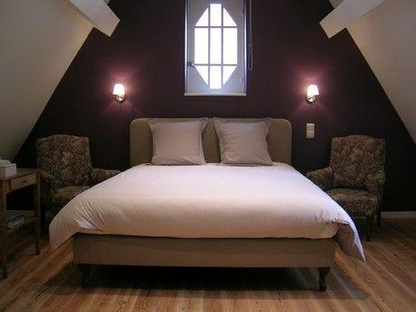 Aubergine kleuren geven een romantische look aan de slaapkamer