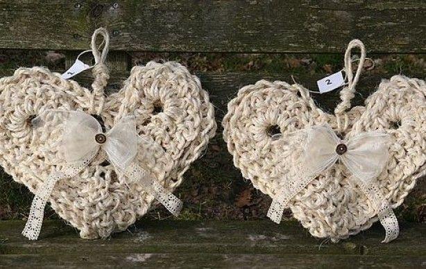 Stoer, robuust, maar eigenlijk ook heel romantisch: een handgemaakt hart van sisal touw, versierd met een voile strik en kanten lint. Prachtig op steigerhout (kast, schutting, tafel), op een stoere schuurdeur, garagedeur, voordeur.  Maar natuurlijk ook geweldig onder een veranda of binnenshuis….