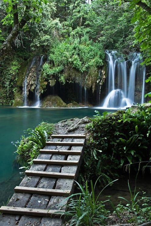 El conjunto formado por la cascada del Gorg del Molí dels Murris se encuentra bien acondicionado y encontramos incluso pequeños puente de madera para pasar de un lado a otro de esta cascada en Les Planes d'Hostoles