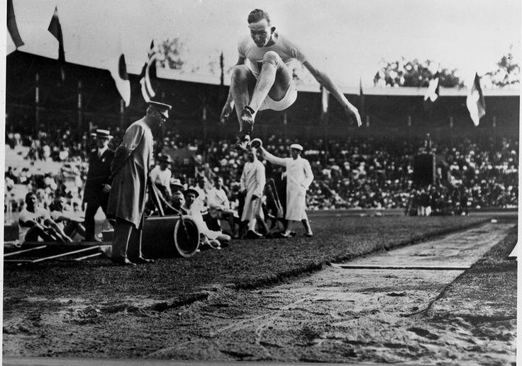 L'Américain Albert Gutterson remporte la médaille d'or avec un saut à 7m60, aux Jeux olympiques de Stockholm,en 1912.