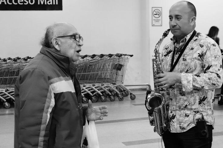 Músico callejero abordado por un Señor  que reconoce uno de sus temas favoritos