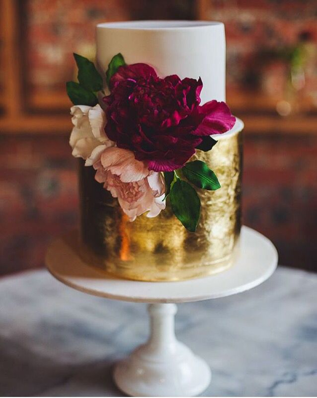 gold & white #cake #floral #gold