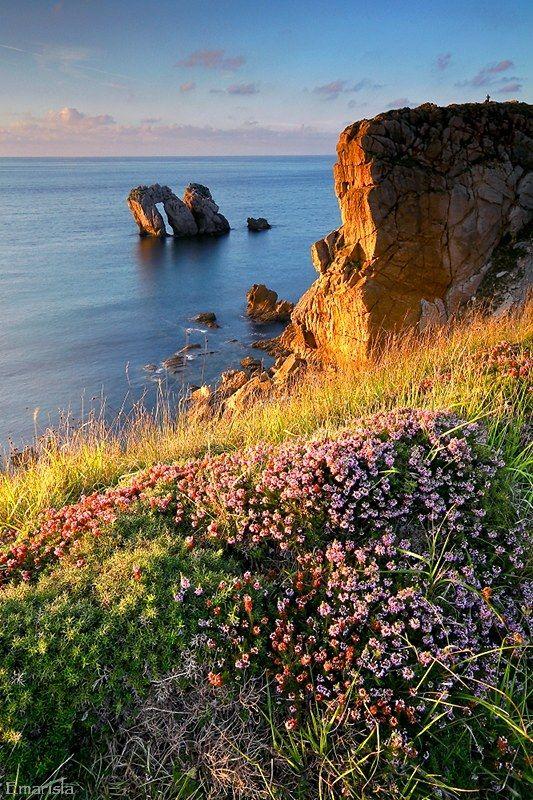 Cantabria, Spain, Liencres: SANTANDER: Se alquila casa villa chalet Nuevo y equipado para 8 personas a 1 km. de playas (Parque Natural de las Dunas de Liencres) y a 8 de SANTANDER.4hab. 3 baños, jardín privado vallado con terraza cubierta. Chalet independiente en urbanización privada cerrada con piscina comunitaria. 900€ mes. VER: http:// chaletsantander.galeon.com E-mail. jmcabeza@telefonica.net Tfnos.: 942344836 -- 676750777