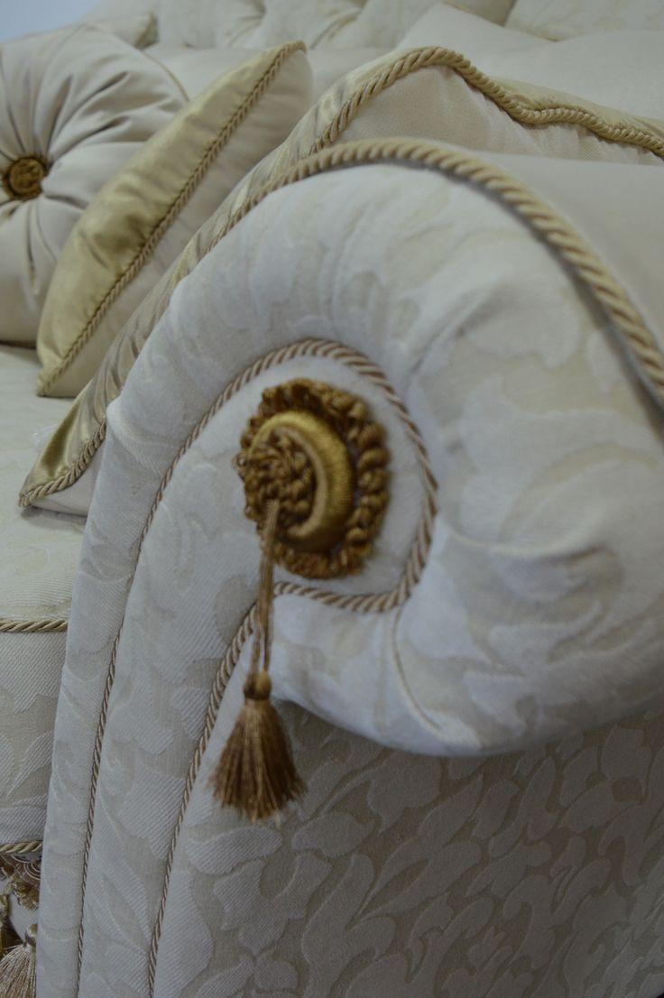 Canapele la comanda. Detalii ce confera eleganta, perne decorative, culori calde si naturale.  Elegance is found in the details, warm colors and in the refinement of the textile.