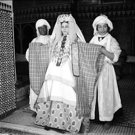 - Besancenot Jean (1902-1992) - Mariée dans son costume d'exposition traditionnel, particulier à Fès.- Arago