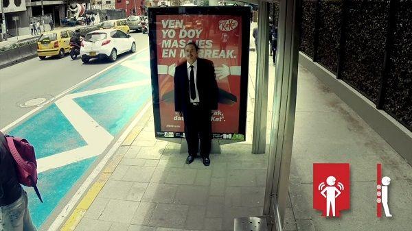 Kit Kat crée un panneau d'affichage qui offre des massages gratuits aux passants !