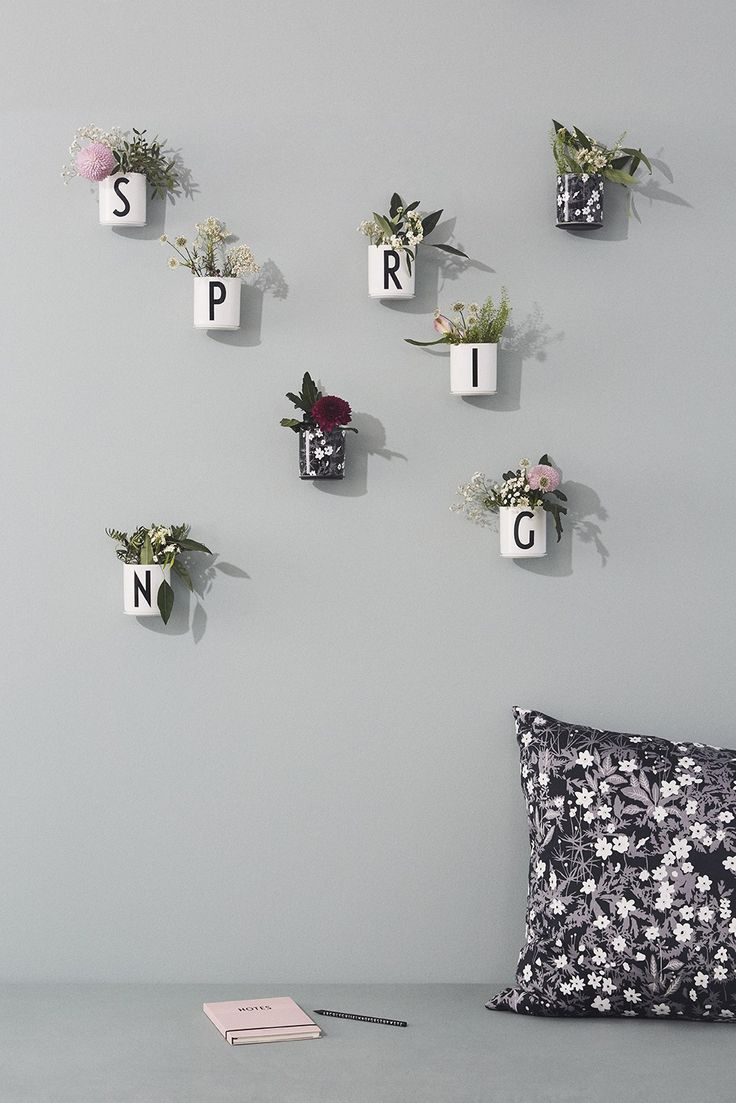 Create your own flower wall with small wild bouquets in the Flower Cups from DESIGN LETTERS & FRIENDS. Place them directly on the wall on cup up and give your home an instant spring feeling.