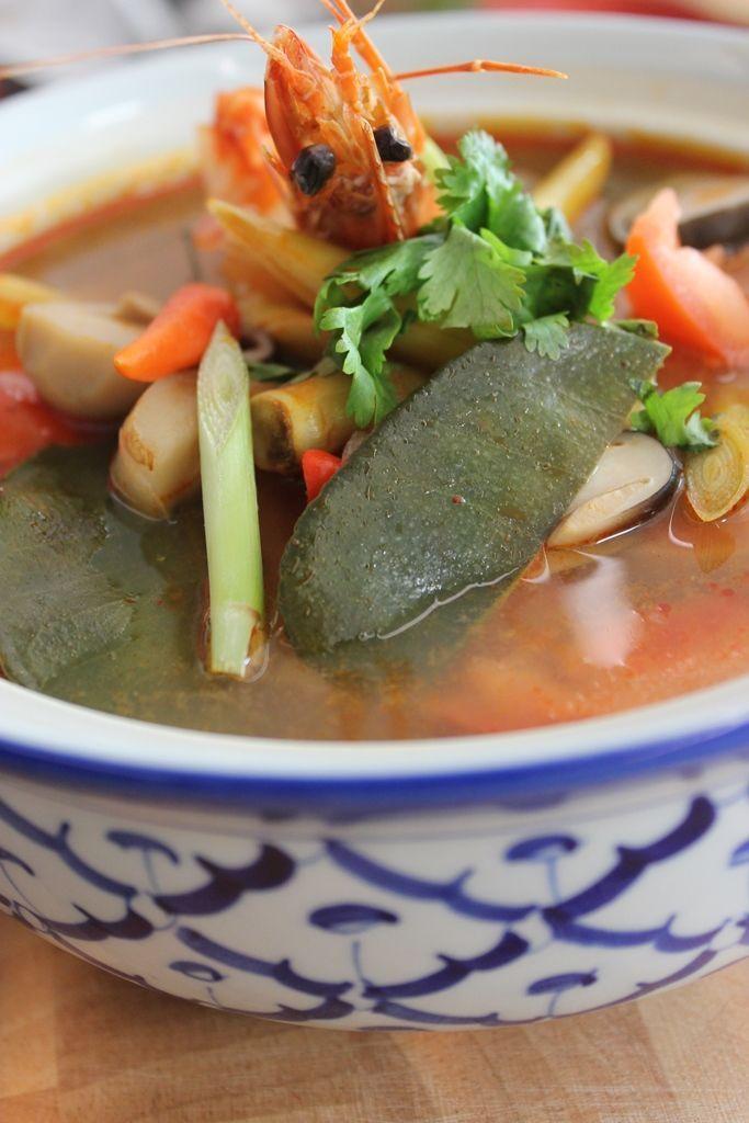 Bereiden:Breng de kippenbouillon aan de kook (meng hiervoor 1 liter water met een Thaïs kippenbouillonblokje of een gewoon kippenbouillonblokje met een theelepel rode currypasta). Voeg vervolgens één voor één de overige ingrediënten toe. Verwijder de schaal en het darmkanaal van de reuzengarnalen en voeg ze als laatste bij de soep. Laat nog enkele minuten meekoken tot de garnalen gaar zijn. Serveer de bouillon en de garnalen met gestoomde rijst.&nb...