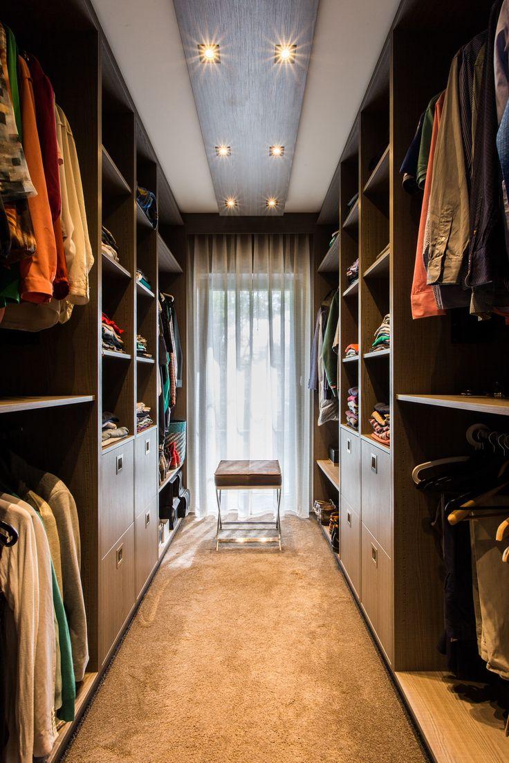 Een inloopkast om van te dromen, toch dames? Wij, @beerensinterieurs maken deze droom graag werkelijkheid. #interieurbouw #interieur #maatwerk #inloopkast #kledingkast #kleding #design #sfeer