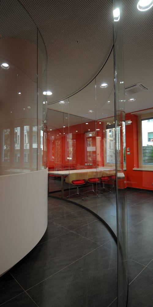 Un corridoio curvilineo e vetrato della nuova hall del collegio universitario Einaudi, sezione Po.  Progetto di ristrutturazione di Luca Moretto