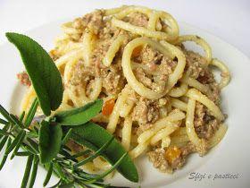 """Piatto tipico della tradizione toscana, i Pici sono una sorta di spaghetti molto grossolani fatti a mano """"appicciando"""" farina ed acqua. Il ..."""