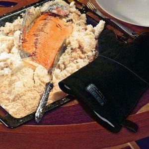 Форель в панцире из соли и яичного белка  Корку из соли надо разбивать аккуратно, так, чтобы не повредить мясо. И очищать соль так, чтобы не пересолить рыбу