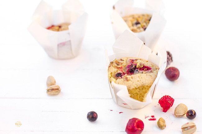 Magdalenas de pistacho y frutos rojos | Receta en Petit-on
