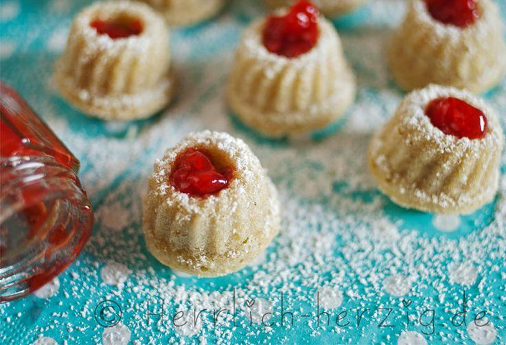 Mini- #Gugelhupf mit selbstgemachter #Erdbeermarmelade (von meiner Kollegin Anette :)) Mini bundt cake with homemade strawberry jam