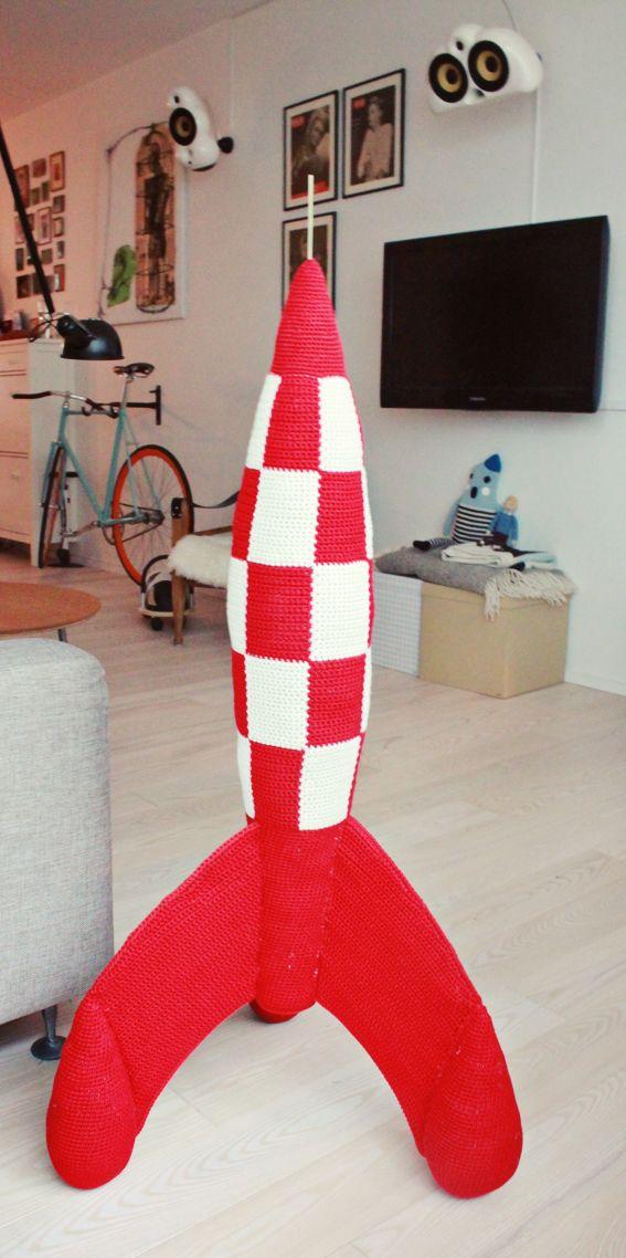 Tadaaaaaaa…….Jeg har hæklet en TinTin Raket på 1,2 m!!! :DDet har taget laaaaaang tid og det har været SÅ svært at holde hemmeligt for min kæreste. Men han blev rigtig glad og det var …