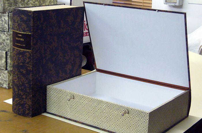 contenitore per archivio in legno e cartone, dorso tondo in mezza tela, rivestito in carta varese sui lati e carta radica sui piatti; rivestimento interno in carta.