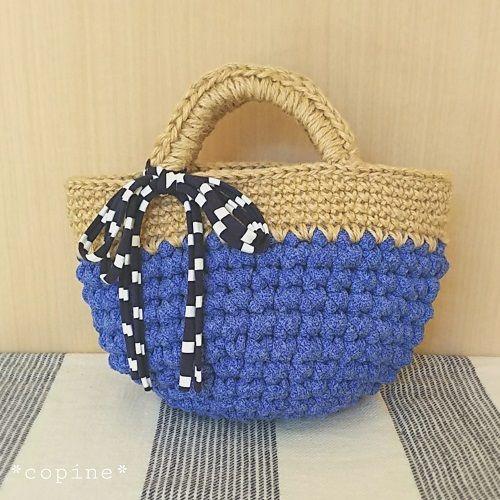 アップサイクルヤーン(Tシャツなどのリサイクル素材)と麻ひもを組み合わせた、地球にやさしいバッグです。今回は春のさくらをイメージでして、ピンクの糸で編んでみました。 底は円形で、荷物もしっかり収納できるマルシェバッグです。 すべて細編みで編むので、初心者の方にもおすすめです。