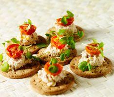 Tunsalat med bagte cherrytomater og brøndkarse - klik på billedet for at se mere... #karenvolf #digestive #opskrift #tapas #snack #fuldkorn
