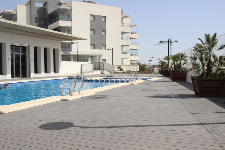 Deze moderne 2 slaapkamers en 2 badkamers appartementen liggen vlakbij het bekende Winkelcentrum van La Zenia Boulevard,en de prachtige stranden van La Zenia, Playa Flamenca en Cabo Roig. Het mooie complex heeft een binnen en buiten zwembad,een Spa zone met Jacuzzi, Sauna en Gym. Prijzen vanaf 143.000€. Meer info op onze website: http://www.newvillasinspain.com/nl/woningen/orihuela-costa/modern-appartement-in-la-zenia-2.html