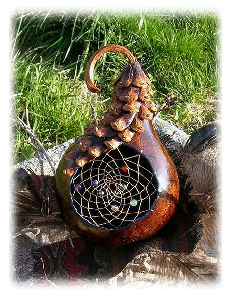 knutselen - een dromenvanger of spinnenweb weven of knopen in een rond gezaagd gat in een kalebas