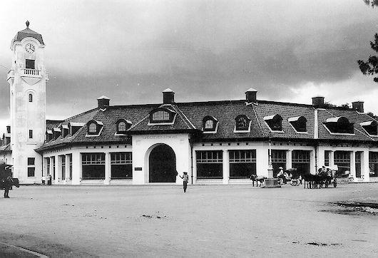 """GEDUNG LINDETEVES  Pada zaman Belanda, gedung yang terletak di pojok Jalan Pahlawan dengan jalan Kebun Rojo Surabaya ini dikenal sebagai gedung NV.Lindeteves. Dalam dokumentasi """"Surabaya Tempo Dulu"""", foto ini diambil tahun 1930. Sekarang gedung ini digunakan sebagai gedung Bank Mandiri dan sebelumnya pernah dipakai oleh Bank Niaga. Pemerintah Kota Surabaya, mencatat gedung ini sebagai salah satu """"cagar budaya"""" di Kota Surabaya. (dok: Yousri)"""