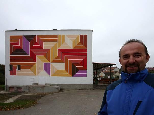 Chrášťanskou knihovnu nově zdobí malba Jakuba Uxy. Podle starosty Josefa Vomáčky (na snímku) se malba místním líbí.