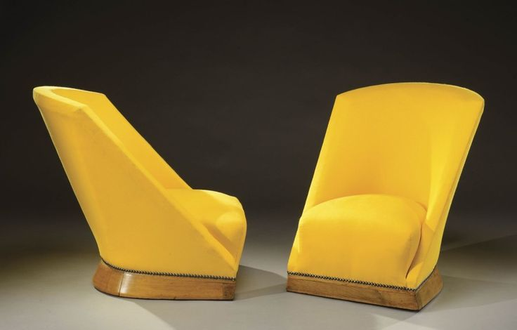 LOUIS SOGNOT (1892-1970) Edité par Primavera Paire de fauteuils modernistes en hêtre teinté à dossier cintré se prolongeant sur des accotoirs pleins évasés terminés par une basecintrée en retrait. Garniture… - Aguttes - 17/06/2015