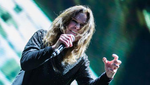 """Black Sabbath-In einem früheren Interview mit """"The Guardian"""" hatte Iommi erklärt: """"Mir geht es derzeit gut, wenn ich das so sagen darf. Ich habe ein Lymphom dritten Grades, das kann jederzeit zurückkehren. Das ist einer der Gründe, warum wir mit dem Touren aufhören."""" Es sei nicht das Spielen, das ihn anstrenge – """"es sind die langen Flüge und das Ankommen im Hotel um 4 Uhr morgens. Das ist nicht gut für mich, weil es die Blutzellen beeinträchtigt. Aber ich liebe es mit der Band zu spielen und…"""