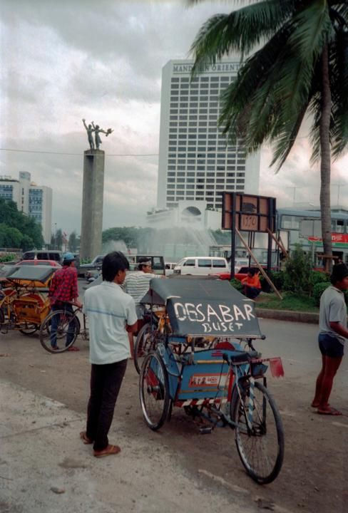 1990-Becak masih bebas mangkal di Bundaran Hotel Indonesia. Jumlah tertinggi becak sepanjang sejarah ada pada tahun 1966 yakni 160 ribu.