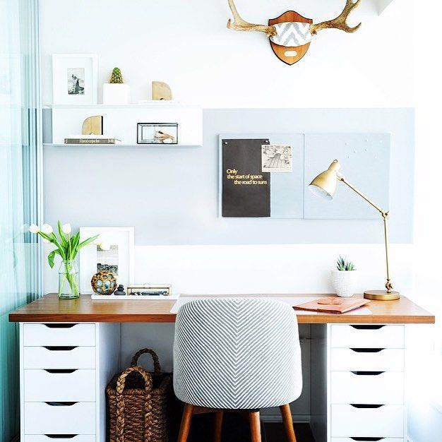 Love this little corner office from @shift_interiors design. 💗💗💗