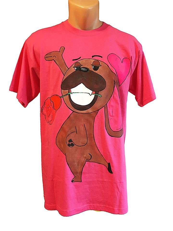 Handmade T-shirt Mugsy in love  This T-shirt is suitable for all men and women, the material is 100% cotton and it's painted manual with quality and non toxic paint, which is also permanent. You can wash it in the washing machine or manually at 30 Celsius degrees.