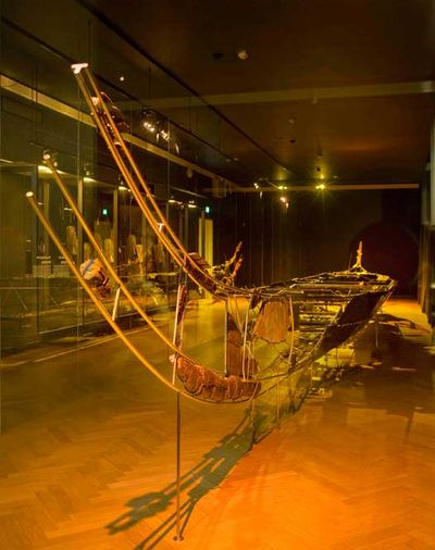 Hæren fra Hjortspring Mose. Våbenofferet fra Hjortspring Mose er det ældste fund, der vidner om søbårne krigere og organiserede hærstyrker i Danmark. Omkring 350 f.v.t. angreb en fjendtlig hær med 80-100 krigere øen Als. Krigerne kom sejlende i fire-fem både. De fremmede angreb, men tabte. Sejrherrerne ofrede fjendens våben, skjolde, værktøj og en af bådene i mosen som tak for sejren. Hvor de fremmede krigere kom fra er uvist.  Du kan se Hjortspringbåden i Oldtidsudstillingen.