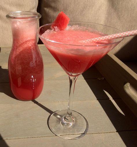 Recept om zelf heerlijke frisse watermeloen limonade te maken. Een lekker en gezond alternatief voor frisdrank en heerlijk zomers!