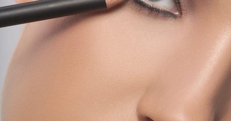 Cómo aplicar un lápiz delineador de ojos en la parte superior e inferior. Uno de los objetivos que tiene la mayoría de las mujeres es resaltar sus atributos de la mejor manera posible. Como dice el refrán, los ojos son las ventanas del alma; también deseamos que esas ventanas se cubran con un toque de elegancia. El lápiz delineador para acentuar los ojos debe aplicarse con suavidad para que no luzca estridente. Usando ...