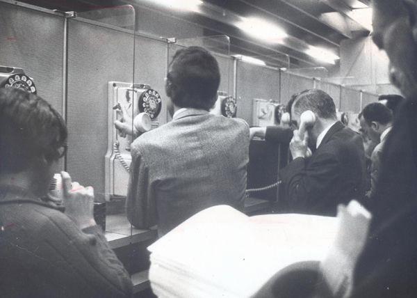 Como era São Paulo sem telefones públicos - noticias - O Estado de S. Paulo - Acervo Estadão Grande movimento e filas em um centro telefônico, em 1969. Foto: Acervo/Estadão