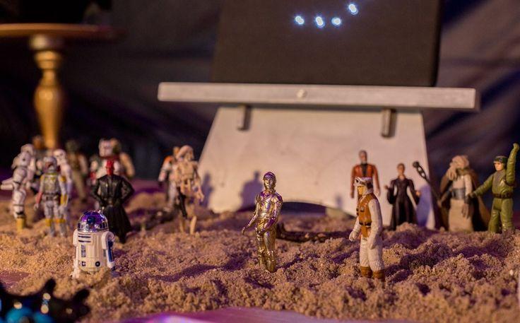 Pedro não queria saber de super heróis na sua festa de 9 anos. Escolheu um dos clássicos do cinema de ficção científica para ser o tema de sua festa, que surpreendeu a todos com cada detalhe. Este foi mais um episódio do programa Fazendo a Festa, da GNT, que contou com a parceria com a Shopfesta em uma decoração divertida e muito fiel ao universo de Luke Skywalker, Darth Vader e Princesa Lea. Para começar, foram escolhidas as cores predominantes. Parceria: www.shopfesta.com.br