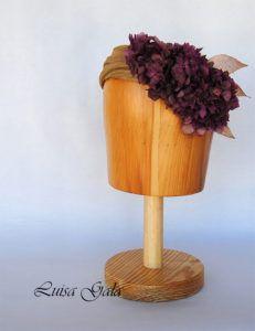 tiara-de-sinamay-de-seda-con-hortensia-y-hojas-metalicas-luisa-gala