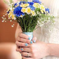 Букет невесты из голубых хризантем и белых ромашек