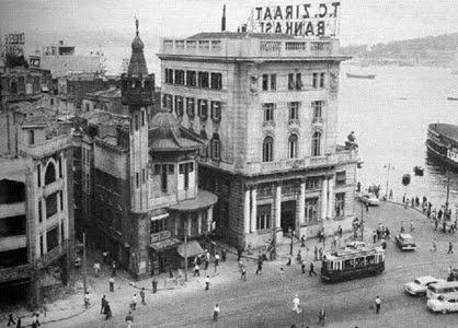 Karaköy Camii'ni Mimar D'Aranco 1903'te, Sultan II. Abdülhamid'in emriyle Art Nouveau tarzında inşa etti. Osmanlı Devleti'nin ahşap ilk ve tek camisi olan Karaköy camisi,1958'de meydan genişletmesi bahanesiyle yıkıldı.