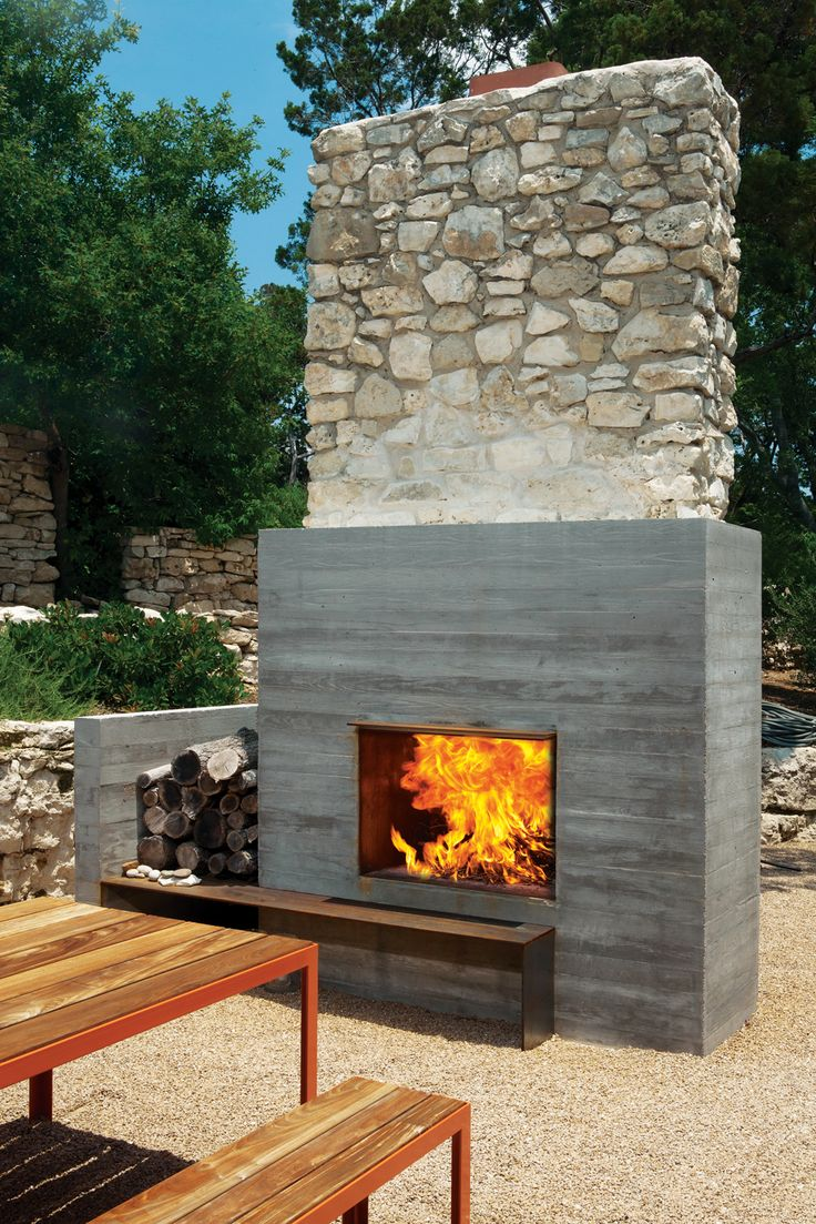 Designed by Elizabeth Alford, the Balcones house in Austin, Texas features an outdoor fireplace, equipped with a chimney, mixing mid-century architecture with 21st century technology. Photo by Brent Humphreys.