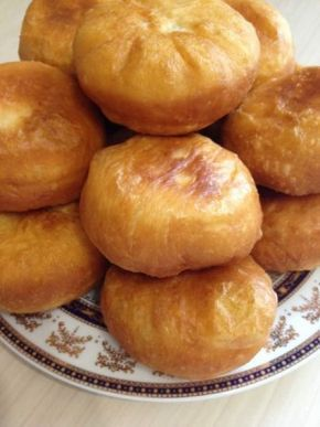 жаренные пирожки тесто на сыворотке 0.500 мл сыворотки 1 яйцо 1 ст л сахар 1 ч л соли 4-5 ст л растительное масло 1 кг муки 2 ст л сметаны (или кефир) сухих дрожжей (11 гр)-- 2 ч л Сыворотку нагрейте немного,добавьте сахар,дрожжи,помешайте оставьте мин на 5-10,затем добавьте сметану,яйцо,соль,постепенно добавляйте муку и растительное масло замесите мягкое тесто,накройте оставьте в тепле на 1 час.разделите на кусочки кладите начинку на ваш вкус