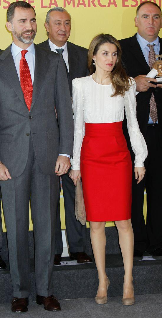 Latizia, con una imagen muy sexy, con falda roja y labios rojos en la presentación de la marca España.
