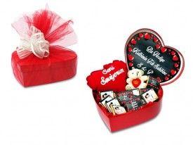 Sevgiliye hediye kalp kutuda çikolata seti.. İster doğum günü, ister yıldönümü, isterseniz de doğum günü hediyesi olarak verebileceğiniz kalp kutu içersinde 1 adet ayıcık, 1 adet kalp yastık,20 adet size özel olarak hazırlanan resimli çikolata yer almaktadır.. Kişiye özel diğer hediye fikirleri için www.heryerehediye.com a göz atabilirsiniz.