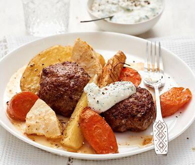 Snabblagade saftiga pannbiffar som serveras med färgsprakande ugnsrostade rotfrukter med smak av rosmarin. Potatisen får sällskap av lena palsternackor, rotselleri och knallorange morot som rostas i ugnen tills de får en karamelliserad yta och djupare smak. Pannbiffarna får här sting av dijonsenapens hetta och gifter sig fint med den svalkande gräddfil- och basilikasåsen. En god och mättande vardagsmiddag för stora och små!