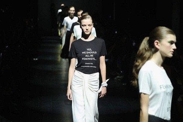 Na passarela, Prabal Gurung fez um manifesto feminista agradecendo Maria Grazia Chiuri, da Dior, e a escritora nigeriana Chimamanda Ngozi Adichie (Foto: Getty Images)