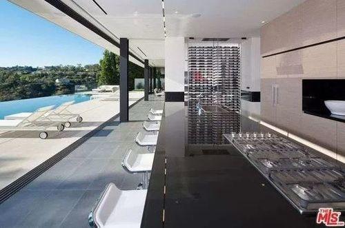 Una impresionante terraza con acceso directo a la piscina infinity.