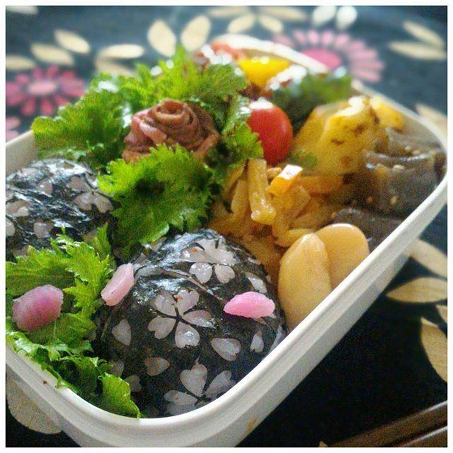 【ttmino3.qi】さんのInstagramをピンしています。 《※ 170210(Fri  かれいの西京焼き 肉団子とパプリカの甘酢あんかけ わさび菜とローストビーフのサラダ こんにゃくの炒め煮  切り干し大根 白豆 紅大根の炊き込みご飯  #KALDI で #桜海苔 を見つけたので試作😁 海苔が小さい四角だから使いづらい…  #お弁当  #おべんとう記録  #お弁当  #自分弁当  #おべんとう  #きょうのおべんとう  #今日のお弁当 #ランチ #昼食 #手作り #オベンタグラム #桜 #春よ来い #obento #bento #yum #yummy #igersjp #lunch #instagramjapan #instafood #foodpic #foodphoto》