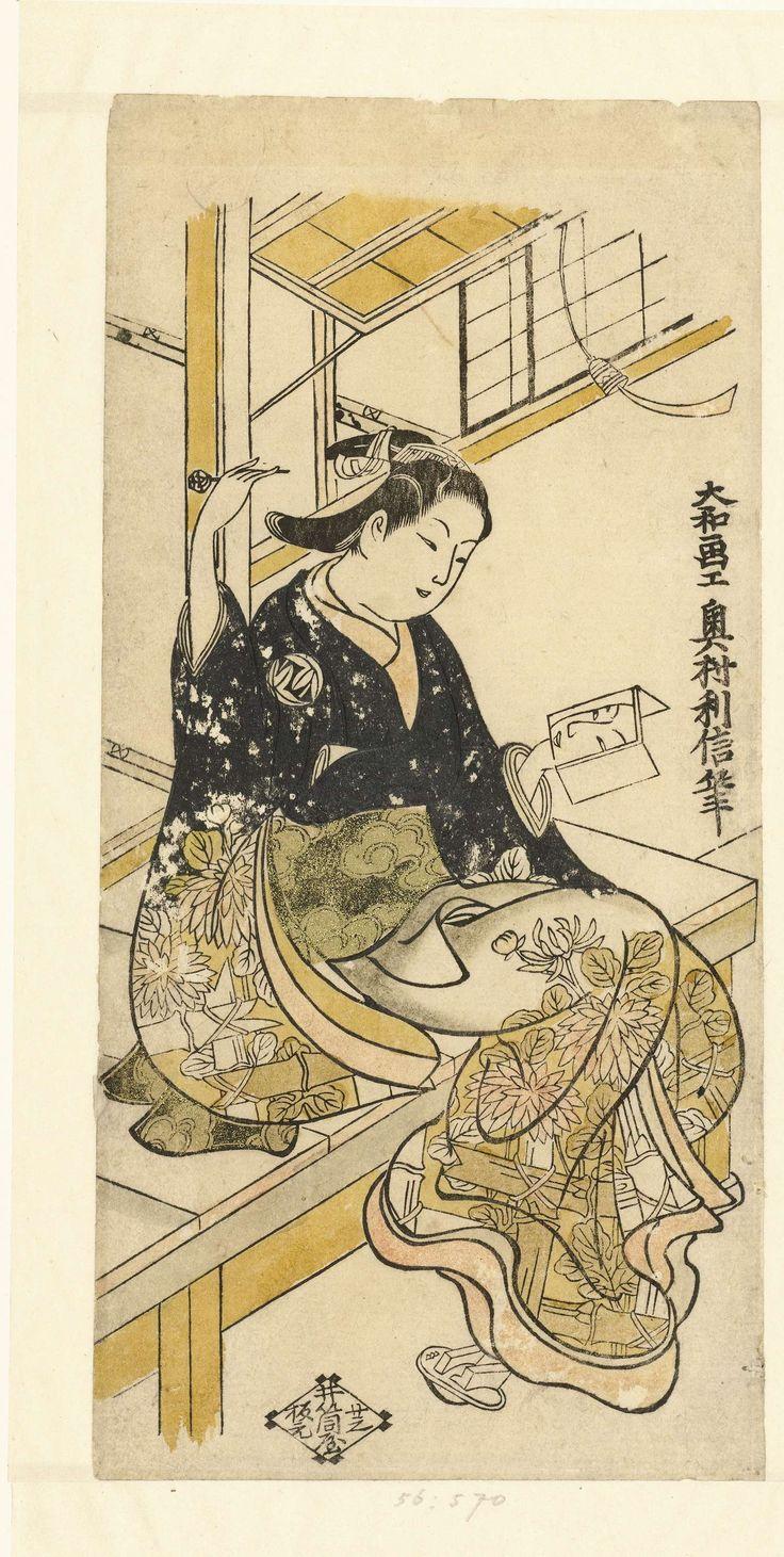 Okumura Toshinobu | Vrouw met handspiegel, Okumura Toshinobu, Izutsuya (Sanemon; Seisuio), 1728 - 1732 | Vrouw in kimono met patroon van door hekwerk groeiende chrysanten, zittende op veranda, in linker hand een spiegel waarin de weerspiegeling van haar gezicht, in rechter hand een haarpen.