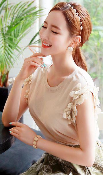 StyleOnme_Flower Motif Detail Round Neck T-Shirt #floral #feminine #koreanfashion #kstyle #kfashion #tee #summertrend